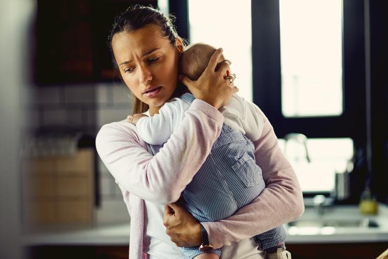 Schreikind mit Mutter